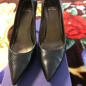 Black, croc-embossed leather pumps!